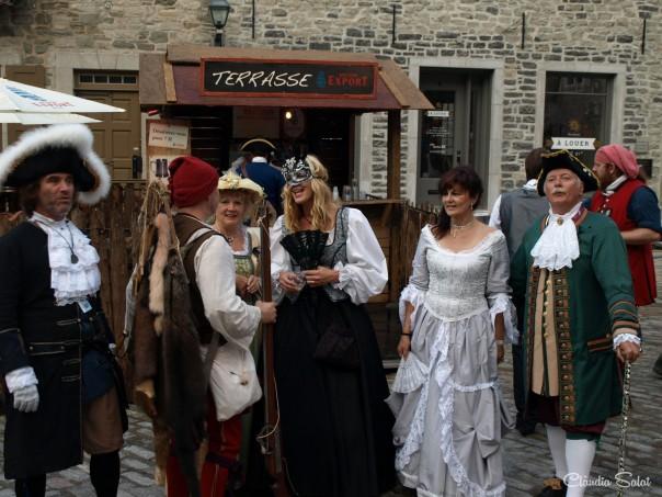 Habitants del Quebec vestits d'època per a la celebració d'una fira tradicional.